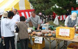 きらら物産フェアで青壮年部盟友が作った安全安心な地元産野菜をPRしました。